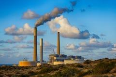 在亚实基伦附近的发电站在以色列 免版税库存图片