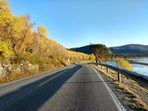 在亚尔他芬马克郡挪威的晴朗的秋天路 库存图片