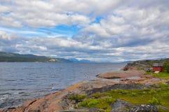 在亚尔他,挪威的红色岩石海湾边 免版税图库摄影