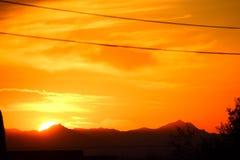在亚帕基连接点和Mesa地区的明亮的橙色日落 免版税库存图片