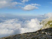 在亚平宁山上岩石峰顶的云彩排列 图库摄影