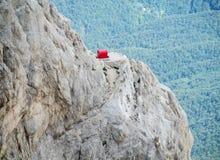 在亚平宁山范围一个岩石峰顶的Refugio bivaco  库存图片