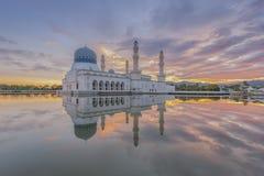 在亚庇市清真寺沙巴婆罗洲,马来西亚的剧烈的日出 免版税图库摄影