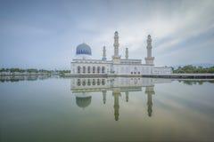 在亚庇市清真寺沙巴婆罗洲,马来西亚的日出 免版税图库摄影