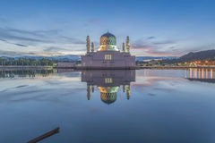 在亚庇市清真寺沙巴婆罗洲,马来西亚的蓝色小时 库存照片