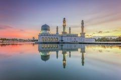 在亚庇市清真寺沙巴婆罗洲,马来西亚的Bbeautiful日出 库存图片