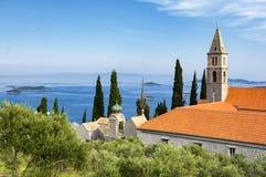 在亚得里亚海和老教会的看法从在Orebic,达尔马提亚,克罗地亚附近的Peljesac半岛 免版税库存图片