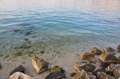 在亚得里亚海海岛Pag,在日落以后的克罗地亚海岸的海滩  库存图片