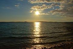 在亚得里亚海的低晚上太阳 免版税库存照片
