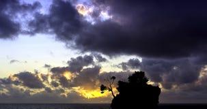 在亚得里亚海的剧烈的日出和卡梅尼火山Brela -小著名海岛在Brela,马卡尔斯卡里维埃拉 免版税库存照片