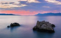 在亚得里亚海的壮观的日落在克罗地亚,马卡尔斯卡里维埃拉,克罗地亚 库存图片