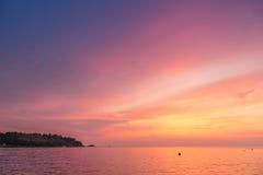 在亚得里亚海的夏天日落在有惊人的颜色的克罗地亚,是 免版税库存照片