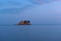 在亚得里亚海的海岛上的小教会 图库摄影