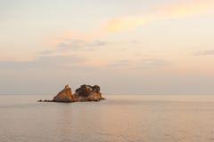 在亚得里亚海的海岛上的小教会 免版税库存图片