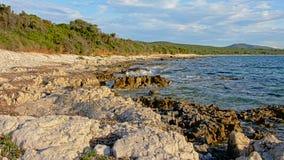 在亚得里亚海的海岸的火山的石灰石岩石海滩 免版税库存照片