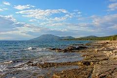 在亚得里亚海的海岸的被腐蚀的火山岩海滩 库存图片