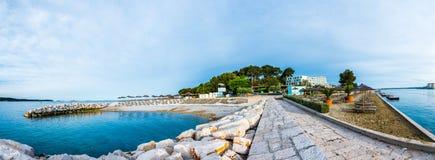 在亚得里亚海的海滩的度假胜地,地中海 库存照片