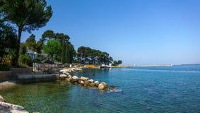 在亚得里亚海的海滩的度假胜地,地中海 免版税库存图片