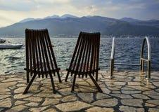 在亚得里亚海的海滩的闲置椅子 免版税库存照片