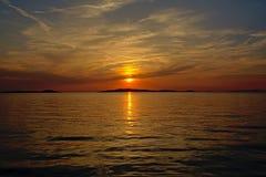 在亚得里亚海的Solorfull日落有海岛o的剪影的天际 免版税图库摄影
