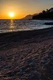 在亚得里亚海马卡尔斯卡里维埃拉,克罗地亚上的日落 免版税库存图片