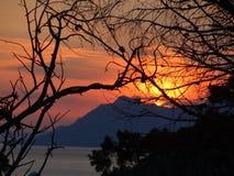 在亚得里亚海,克罗地亚的明亮的日落 免版税库存图片