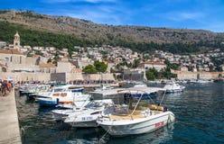在亚得里亚海,杜布罗夫尼克,克罗地亚老镇的美丽如画的看法和口岸中世纪拉古萨和达尔马希亚海岸  免版税库存照片