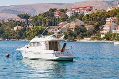 在亚得里亚海,特罗吉尔,克罗地亚的白色游艇 库存照片
