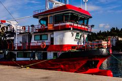 在亚洛瓦土耳其渔夫海湾的捕鱼船  免版税库存图片