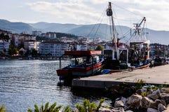 在亚洛瓦土耳其渔夫海湾的船  免版税库存图片
