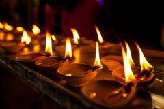 在亚洲寺庙的灼烧的蜡烛 免版税库存照片