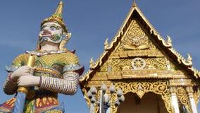 在亚洲寺庙附近的五颜六色的雕象 在装饰佛教寺庙附近的两个明亮的多彩多姿的雕象位于好日子 影视素材