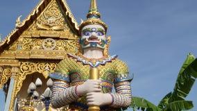 在亚洲寺庙附近的五颜六色的雕象 在装饰佛教寺庙附近的两个明亮的多彩多姿的雕象位于好日子 股票视频