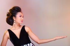 在亚洲美丽的黑色开放肩膀晚礼服舞会礼服 免版税库存照片