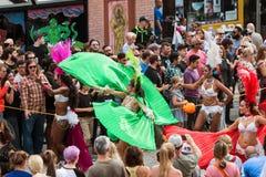 在亚特兰大万圣夜游行的性感的巴西舞蹈家转动海角 库存图片