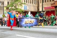在亚特兰大龙骗局游行的超人步行 免版税库存图片
