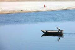 在亚穆纳河,印度,阿格拉的小船 库存图片