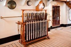 在亚美利哥・韦斯普奇风船的向致敬的枪 免版税库存图片