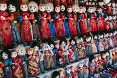 在亚美尼亚全国服装的玩偶 跳蚤市场Vernissage耶烈万,亚美尼亚 免版税图库摄影