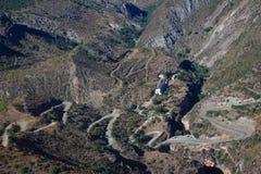 在亚美尼亚的南部的弯曲道路 库存照片