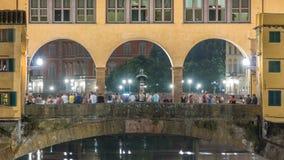 在亚诺河河的著名Ponte Vecchio桥梁timelapse在佛罗伦萨,意大利,照亮在晚上 股票录像