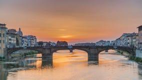 在亚诺河河的都市风景视图有在日落的著名三位一体桥梁timelapse的在佛罗伦萨 影视素材