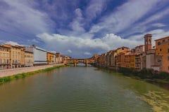 在亚诺河河的Ponte Vecchio在佛罗伦萨,意大利 免版税图库摄影