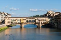 在亚诺河-佛罗伦萨,托斯卡纳,意大利的Ponte Vecchio老桥梁 库存照片