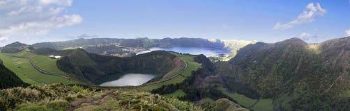 在亚速尔群岛的圣米格尔火山海岛上的Lagoa de圣地亚哥和Lagoa Azul 库存图片