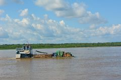 在亚马孙河的一艘驳船在秘鲁 免版税库存照片