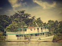 在亚马孙河,巴西,葡萄酒减速火箭的instagram的木小船 库存照片