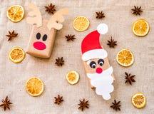 在亚麻制桌布的葡萄酒手工制造圣诞节工艺礼物盒用香料 库存照片