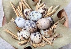 在亚麻布的鹌鹑蛋在碗 免版税库存图片