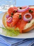 在亚细亚哥乳酪百吉卷的熏制鲑鱼熏鲑鱼 免版税库存图片